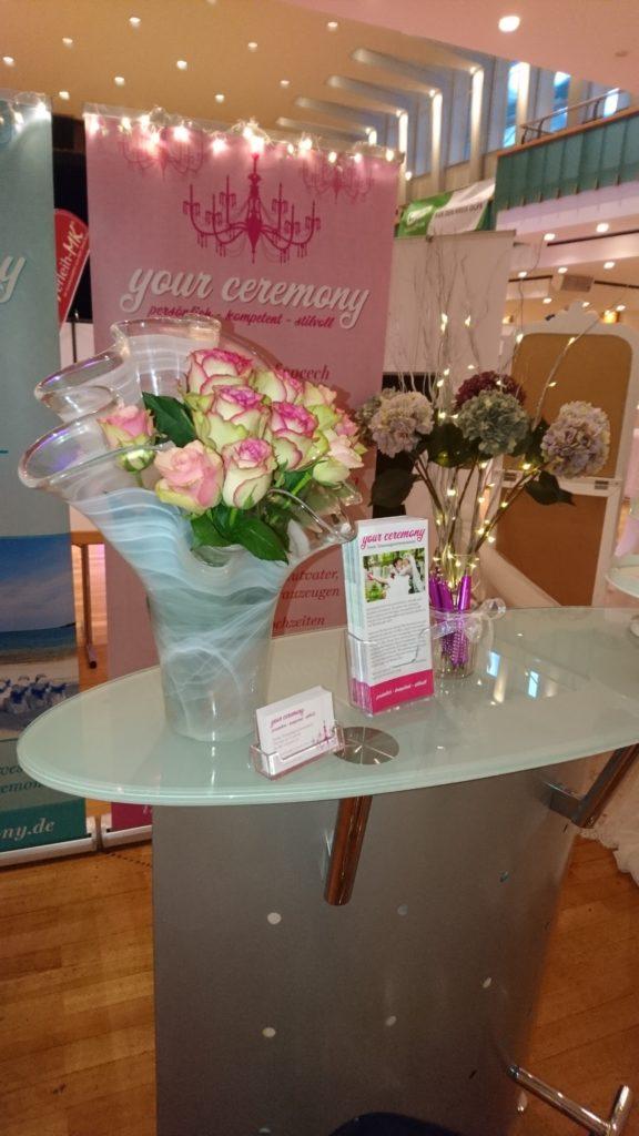 Blumen und Theke auf der Hochzeitsmesse Olpe